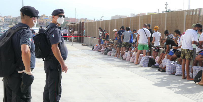 Migranti al centro di accoglienza di Lampedusa (ANSA/ELIO DESIDERIO)